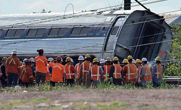 米フィラデルフィア近郊で列車脱線 写真特集