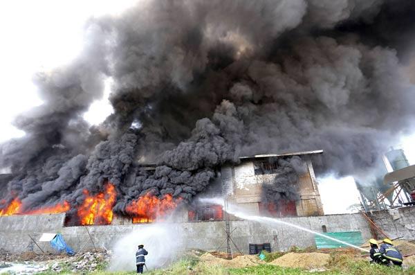 フィリピンの工場で火災〜30人以上が犠牲に〜 写真特集