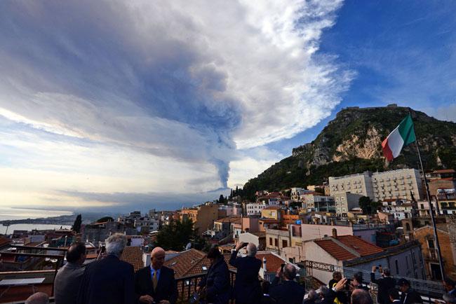 噴火したイタリア南部シチリア島のエトナ山=イタリア・タオルミーナ【AFP=時事】 【ローマAFP=時事】当地の報道によ…