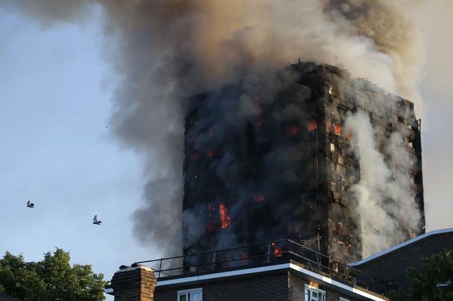 炎と煙に包まれる高層アパート…...