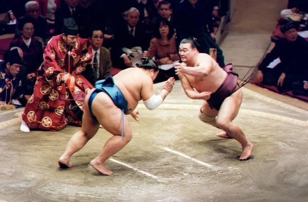 2002年大相撲初場所10日目、高見盛(右)の…:元小結 高見盛 ...