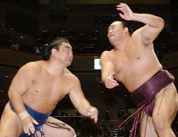 2004年大相撲秋場所3日目、海鵬(左)に攻め…:元小結 高見盛 ...