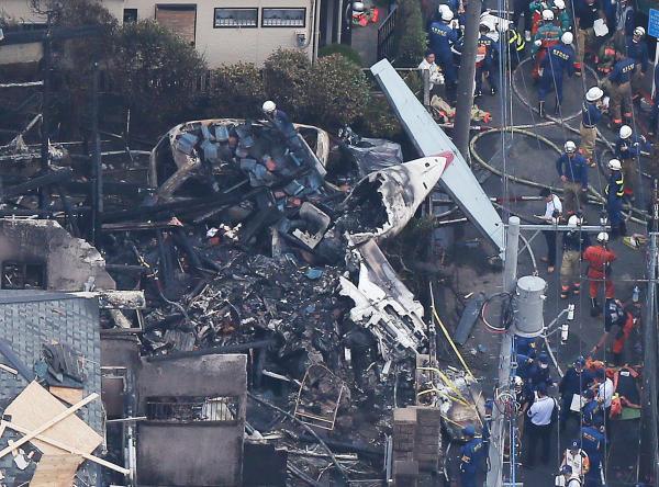 東京・調布で軽飛行機墜落 写真...