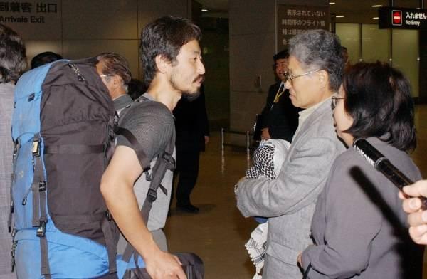 イラクから帰国し、両親と再会した安田純平さん(左)=