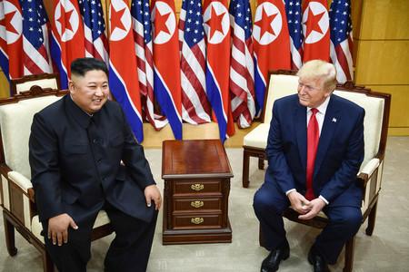 30日、板門店で会談するトランプ米大統領(右)と北朝鮮の金正恩朝鮮労働党委員長(AFP時事)