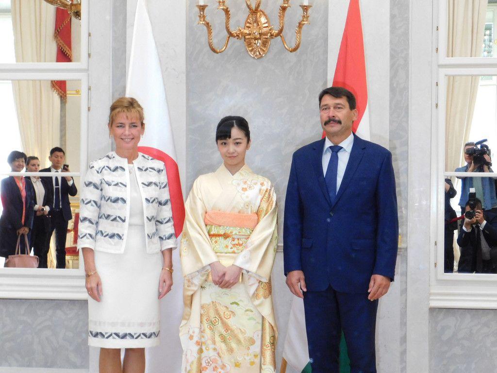 ハンガリーのアーデル大統領(右)を表敬訪問される秋篠宮家の次女佳子さま。左はヘルツェグ・アニタ大統領夫人=20日、ブダペスト