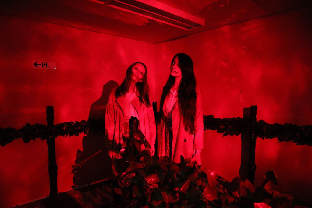 商店街に設けられたお化け屋敷「恐怖の細道」に登場する「口裂け女」=14日午前、岐阜市