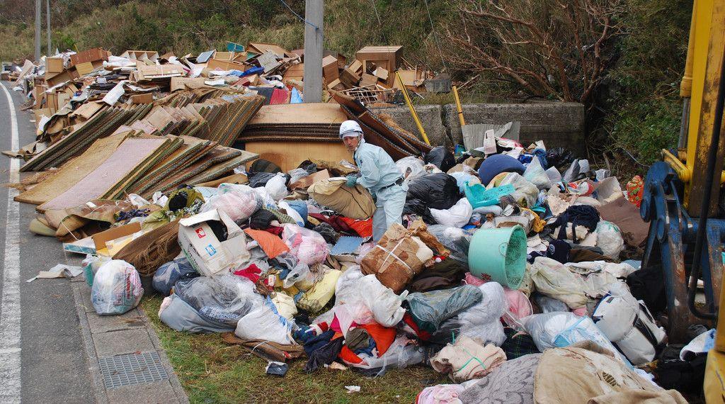 台風15号で発生した災害ごみを分別する業者の男性=20日、千葉県鋸南町