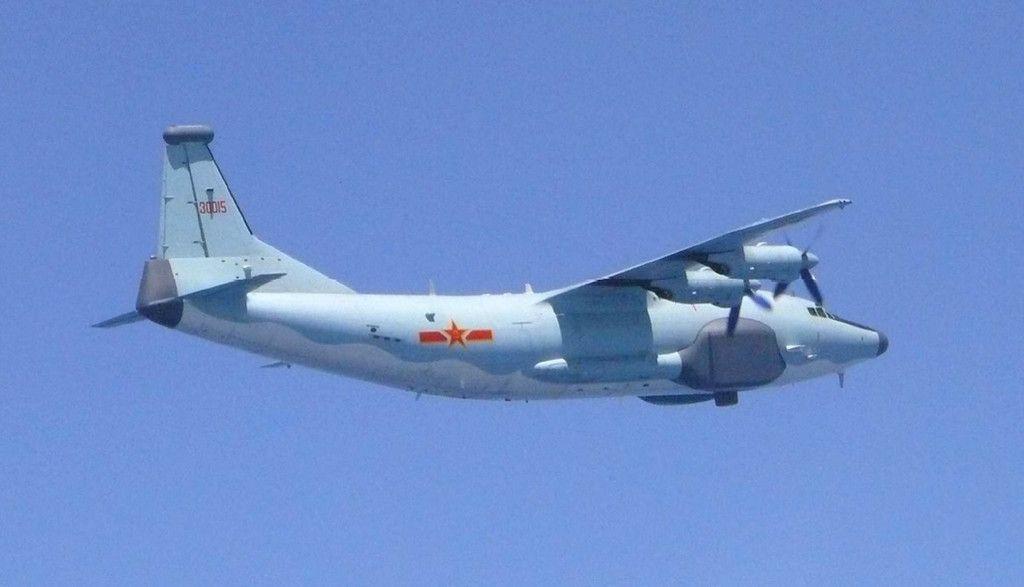 今年5月に東シナ海などを飛行した中国のY8電子戦機。自衛隊や米軍の電波情報などを収集している可能性がある(防衛省提供)