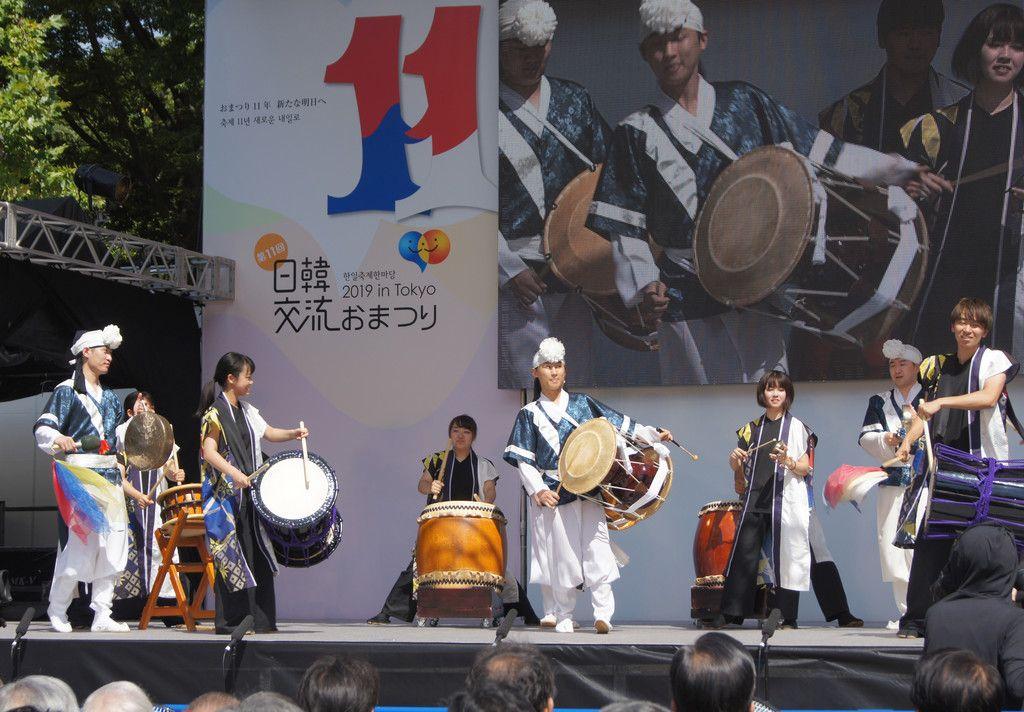 「日韓交流おまつり」で披露された日韓の打楽器の共演=28日、東京都千代田区