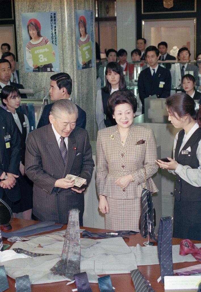 消費税導入初日にデパートでネクタイを買う竹下登首相(左)=1989年4月1日、東京・日本橋の三越本店