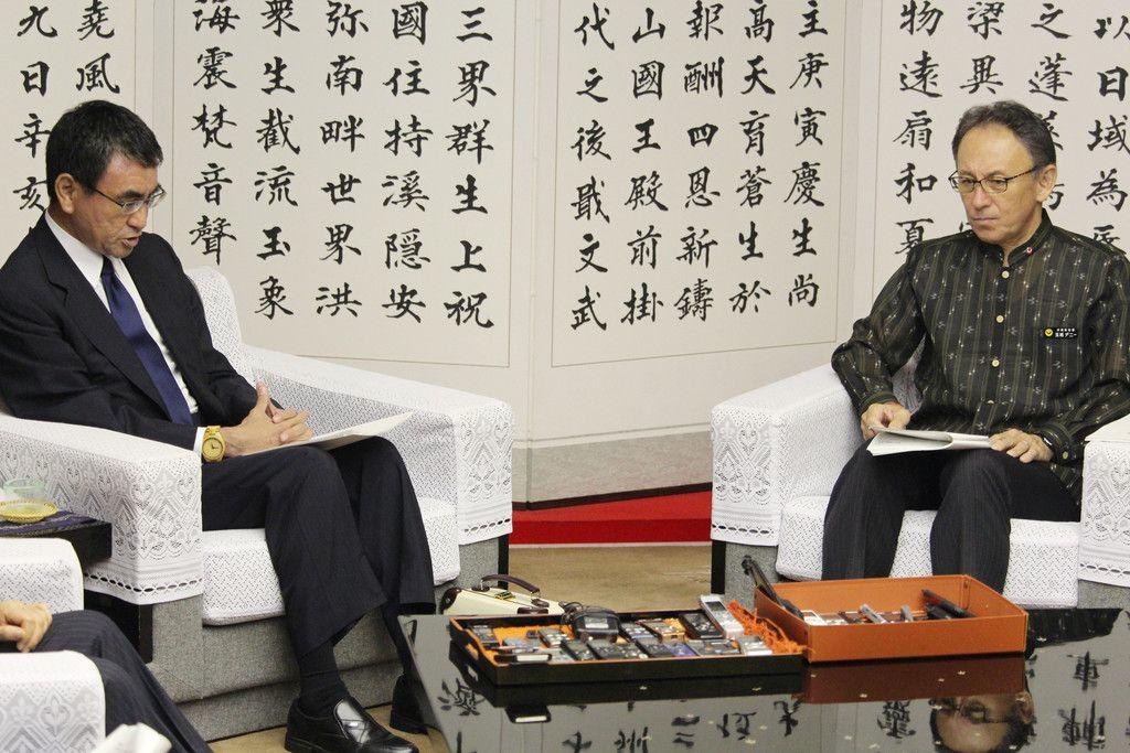 玉城デニー沖縄県知事(右)と会談する河野太郎防衛相=29日午後、県庁