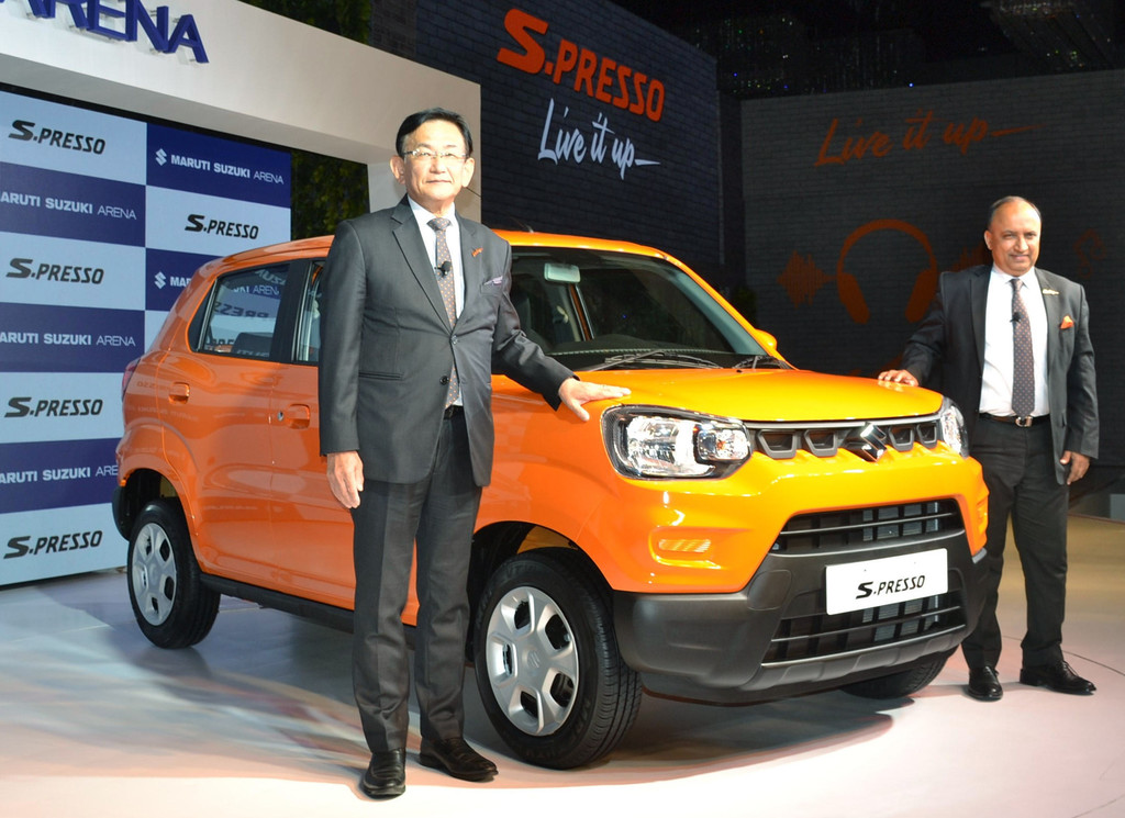 30日、ニューデリーで開かれた記者会見で新小型SUV「エスプレッソ」を発表するスズキのインド子会社マルチ・スズキの鮎川堅一社長(左)
