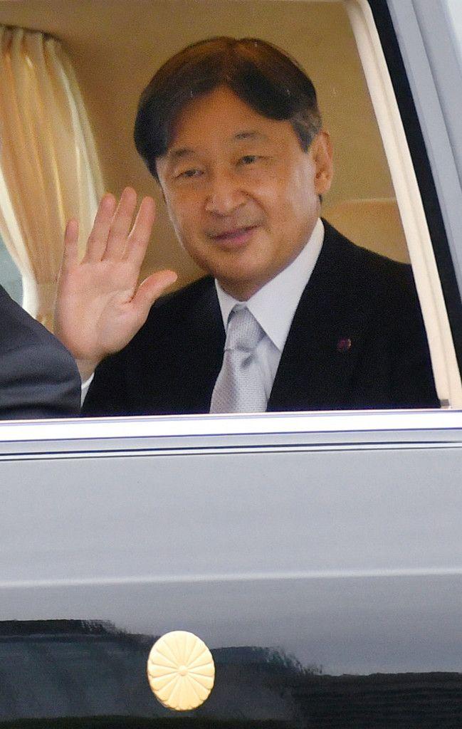 「即位礼正殿の儀」を終え、皇居を出られる天皇陛下=22日午後、東京都千代田区