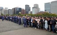 「即位礼正殿の儀」を終えられた天皇陛下を見るため、皇居前広場に詰め掛けた人々=22日午後、東京都千代田区