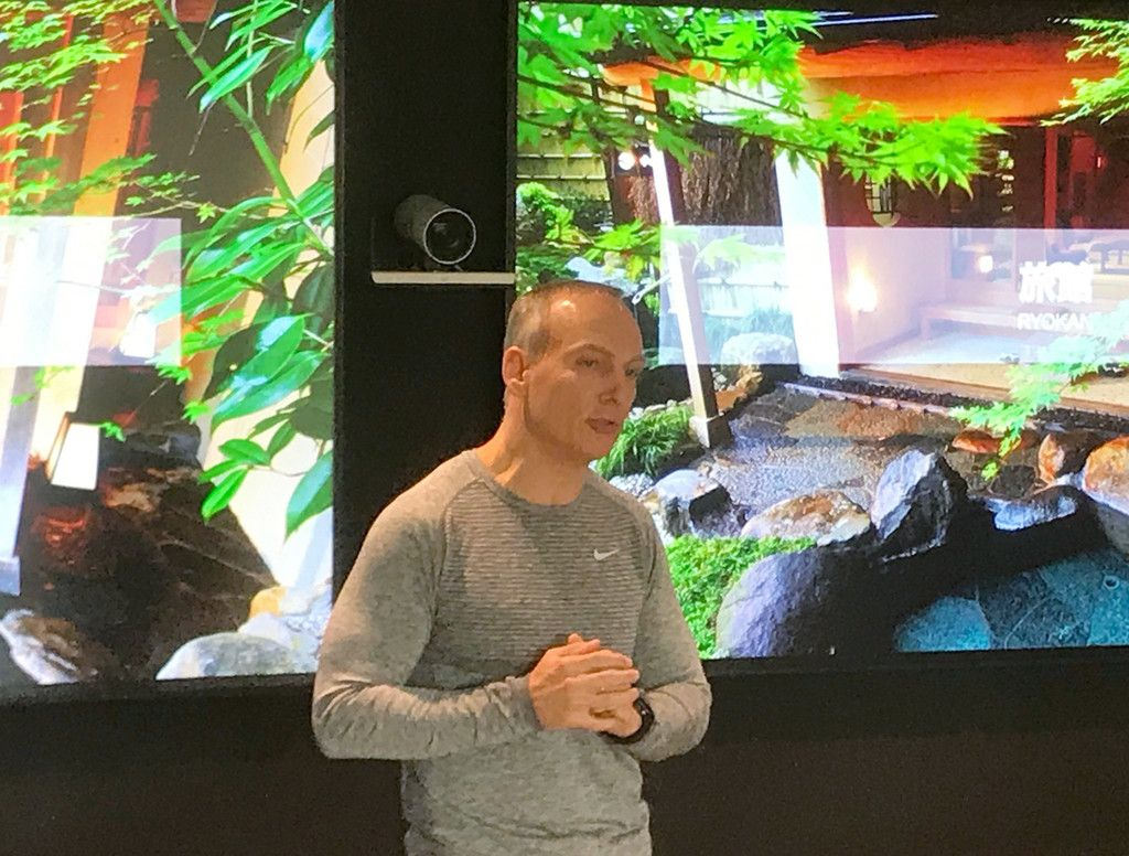 記者会見するブッキング・ドットコムのグレン・フォーゲル最高経営責任者(CEO)=29日、アムステルダム