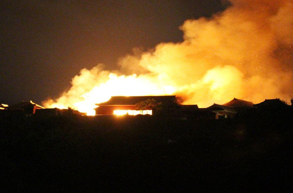 大きく炎を上げて燃える首里城=31日未明、那覇市