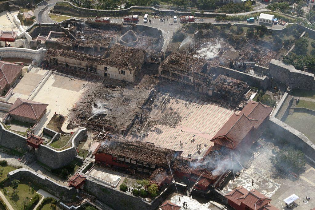 全焼した首里城。中央は跡形もなく焼け落ちた正殿=31日午前、那覇市(時事通信ヘリより)