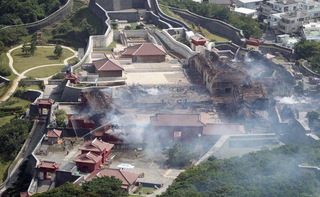火災で焼失した首里城。跡形もなく焼け落ちた正殿(中央)=31日午前、那覇市(時事通信ヘリより)