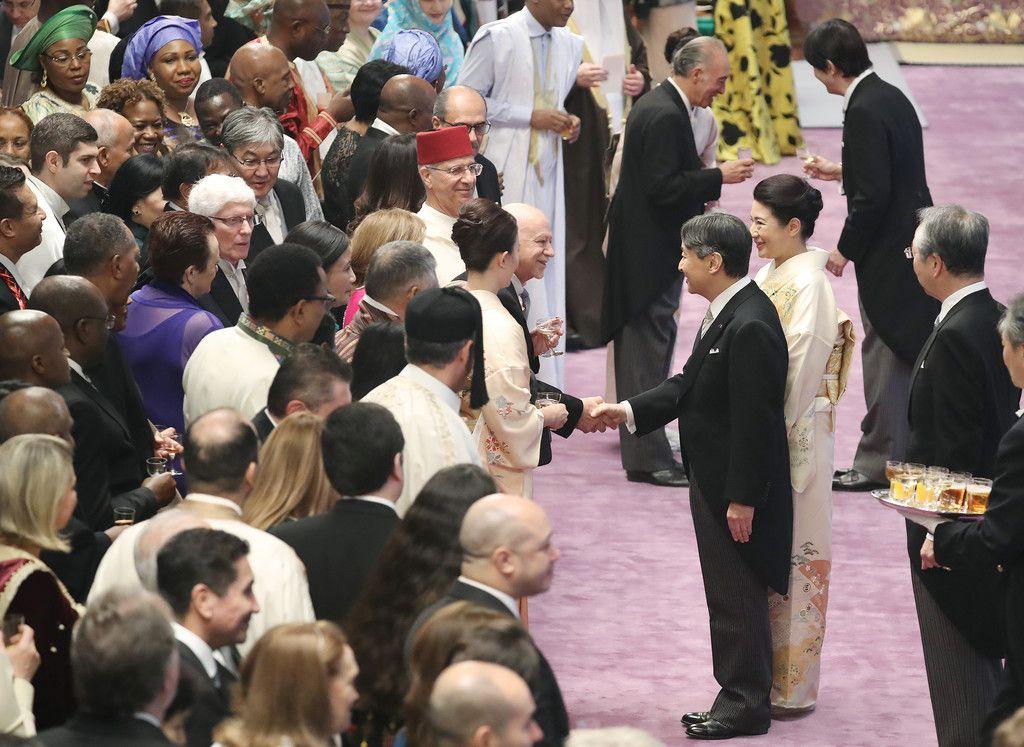 4回目の「饗宴の儀」で、外交団長のサンマリノ共和国・マンリオ・カデロ駐日大使(中央)と握手される天皇陛下と皇后さま=31日午後、皇居・宮殿「春秋の間」(代表撮影)