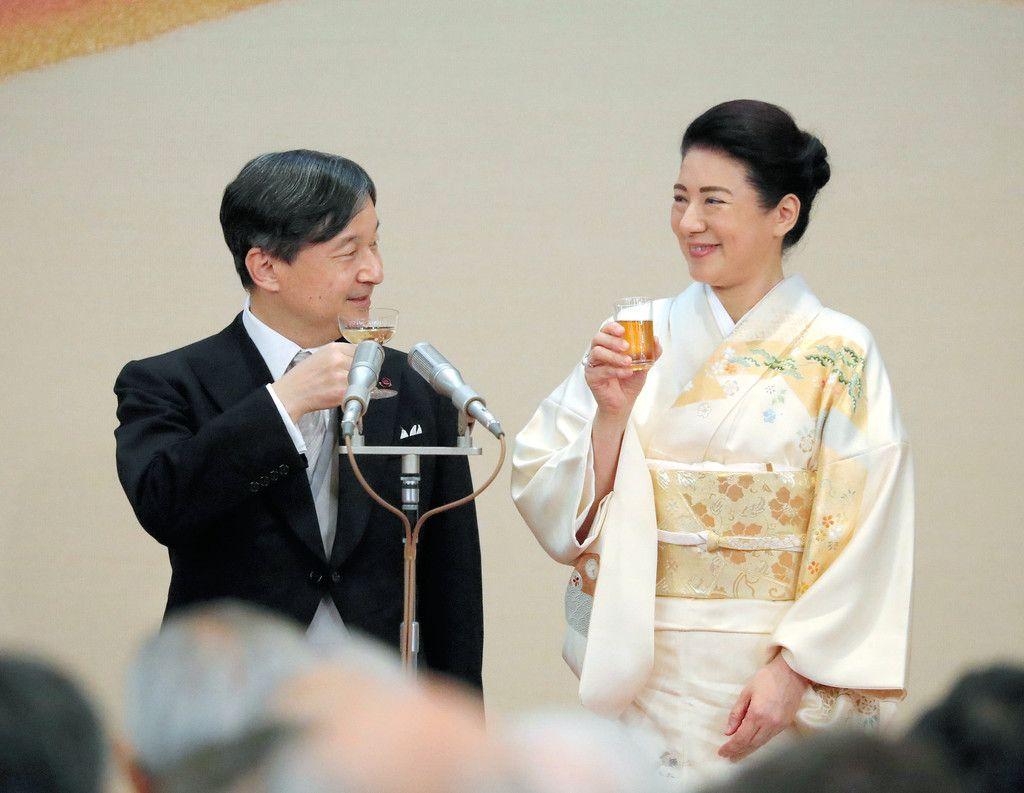4回目の「饗宴の儀」で乾杯される天皇、皇后両陛下=31日午後、皇居・宮殿「豊明殿」(代表撮影)