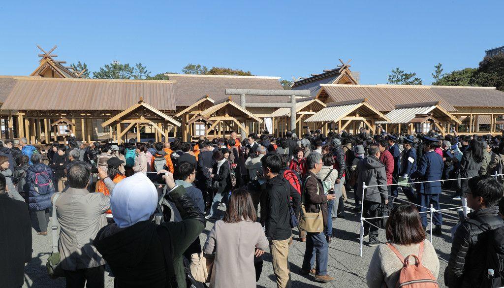 大嘗宮の一般参観に集まった人たち=21日午前、皇居・東御苑