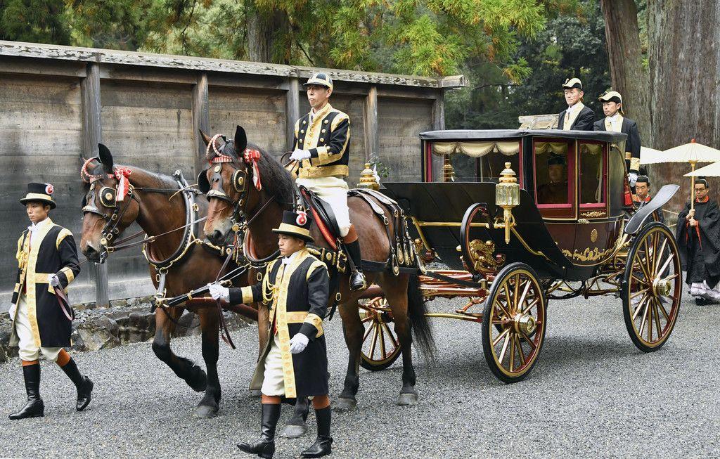 伊勢神宮外宮に到着し、馬車で参拝に向かわれる天皇陛下=22日午前、三重県伊勢市(代表撮影)