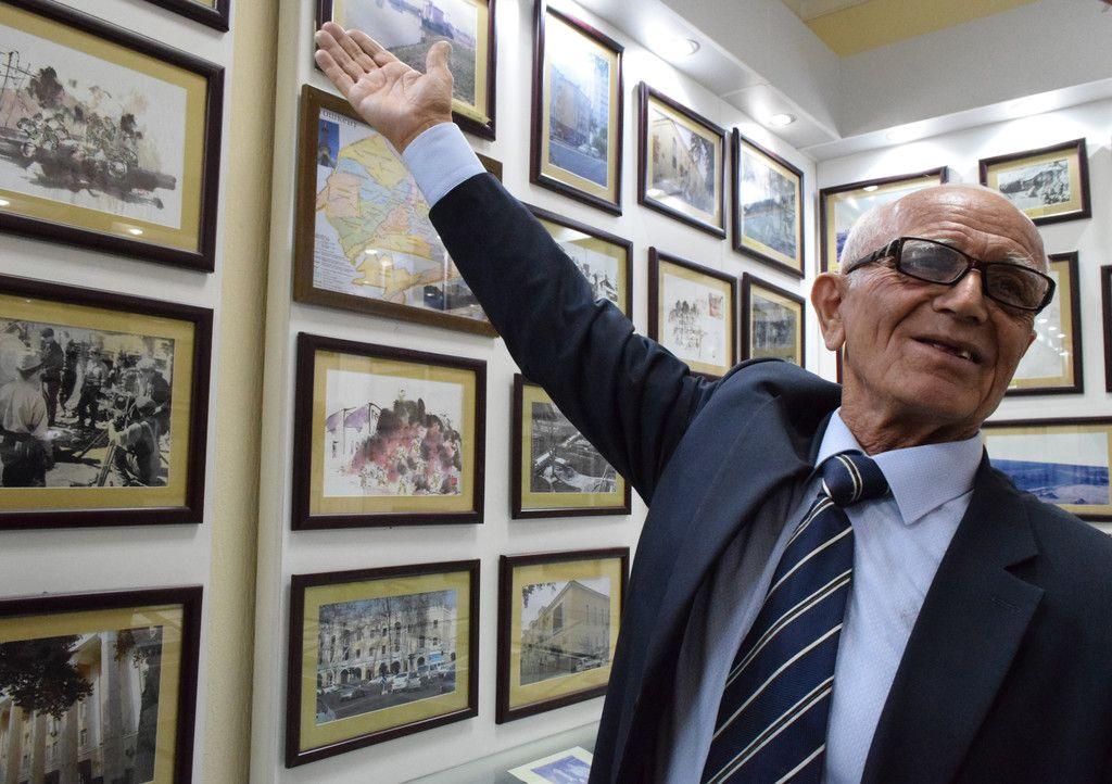 日本人抑留者資料館の展示を説明するジャリル・スルタノフ館長=22日、タシケント