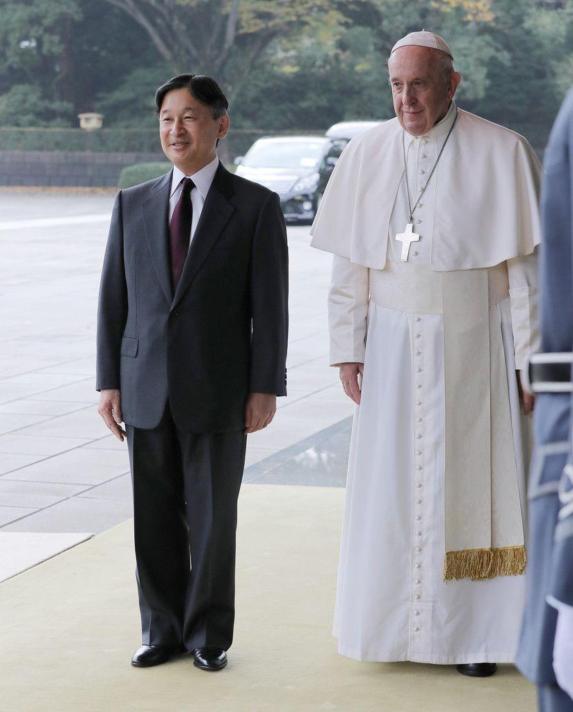 フランシスコ・ローマ教皇を出迎えられる天皇陛下=25日午前、皇居・宮殿