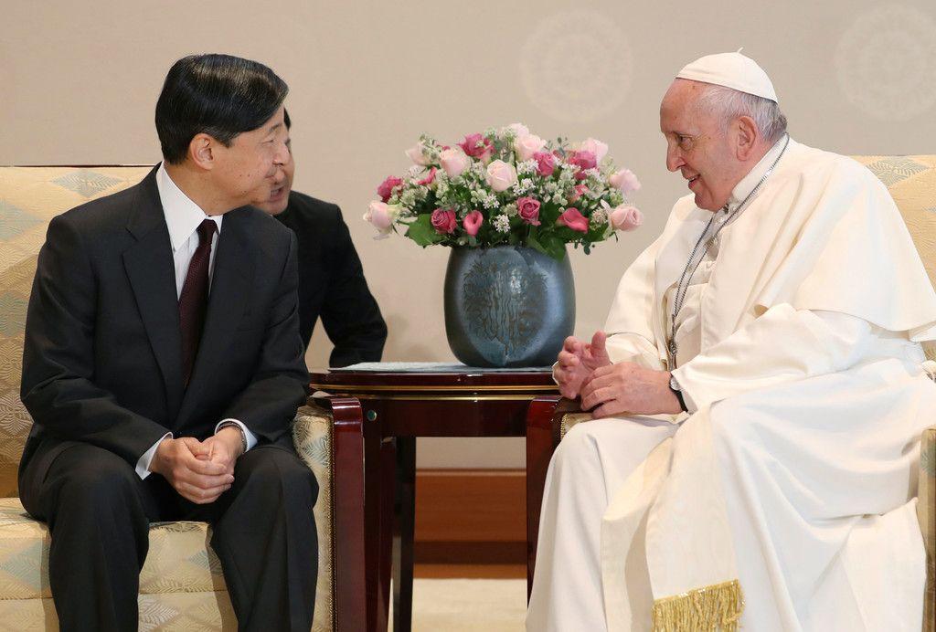 フランシスコ・ローマ教皇と会見される天皇陛下=25日午前、皇居・宮殿「竹の間」(代表撮影)