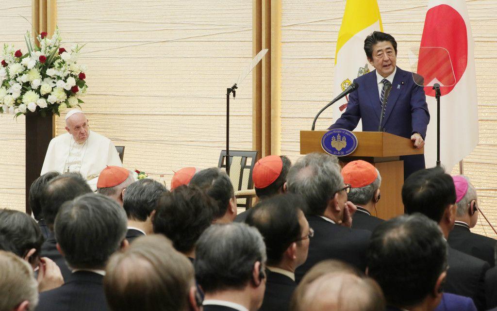 各国大使らとの集いであいさつする安倍晋三首相(右)。左はフランシスコ・ローマ教皇=25日午後、首相官邸