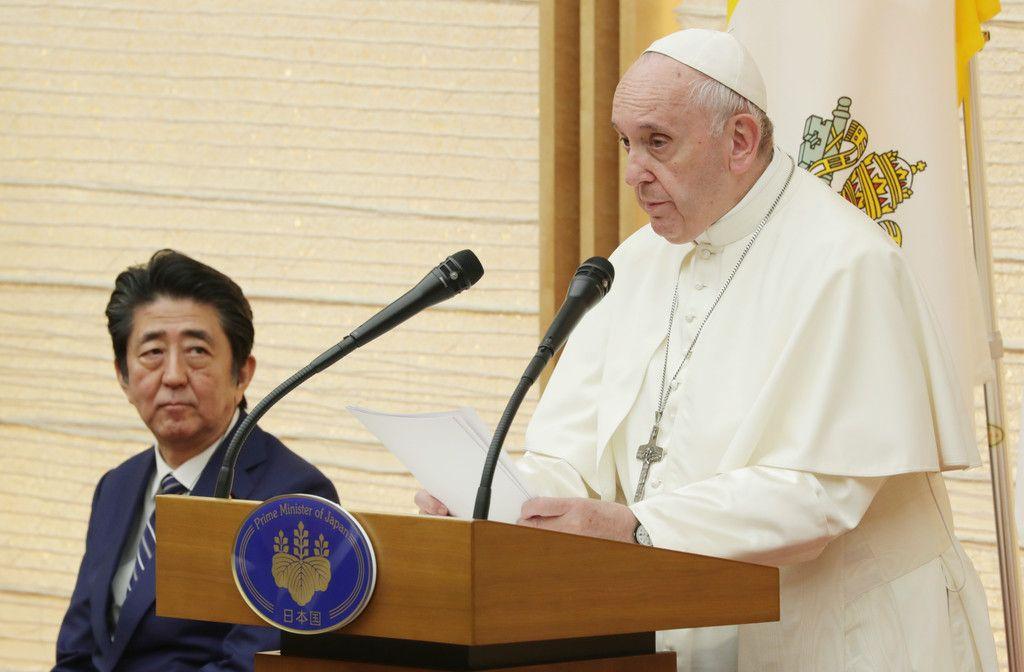各国大使らとの集いで演説するフランシスコ・ローマ教皇。左は安倍晋三首相=25日午後、首相官邸