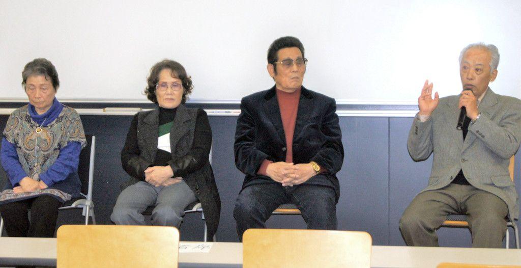北朝鮮への「帰国」体験を証言するシンポジウムに臨んだキム・ルンシルさん(左から2人目)、石川学さん(右端)ら=17日、東京都新宿区