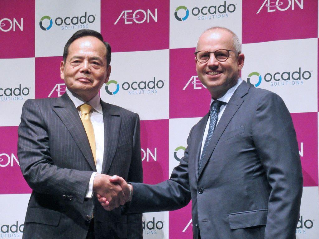 提携を発表し、握手するイオンの岡田元也社長(左)と英ネットスーパー大手オカドグループのティム・スタイナー最高経営責任者=29日午後、東京都渋谷区