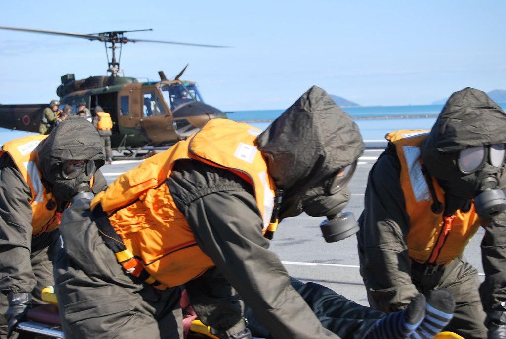 原子力防災訓練で、護衛艦「いせ」艦上で急患役の島民を搬送する乗員ら=30日午前、佐賀県唐津市