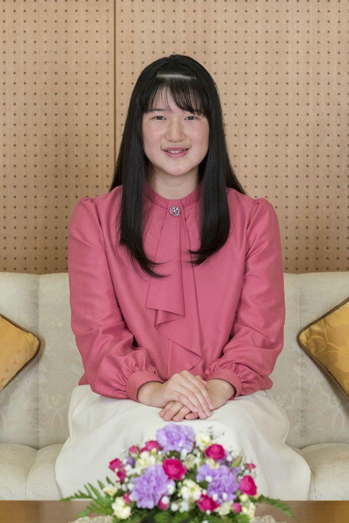 18歳の誕生日を迎えられた天皇、皇后両陛下の長女愛子さま=11月25日、赤坂御所談話室(宮内庁提供)