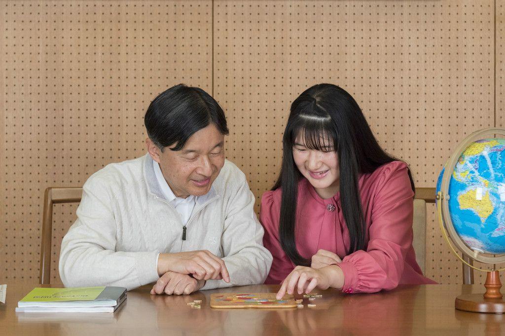 天皇陛下と地理の話をされる愛子さま=11月25日、赤坂御所談話室(宮内庁提供)