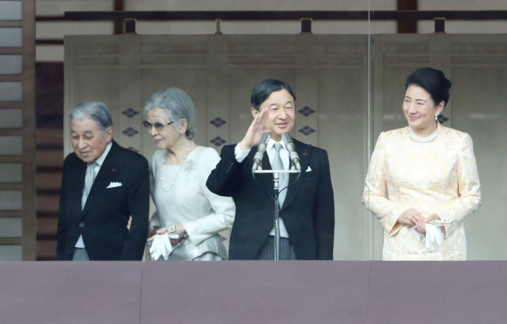 並んでお手振り「感激」 新年一般参賀、多くの人出:時事ドットコム
