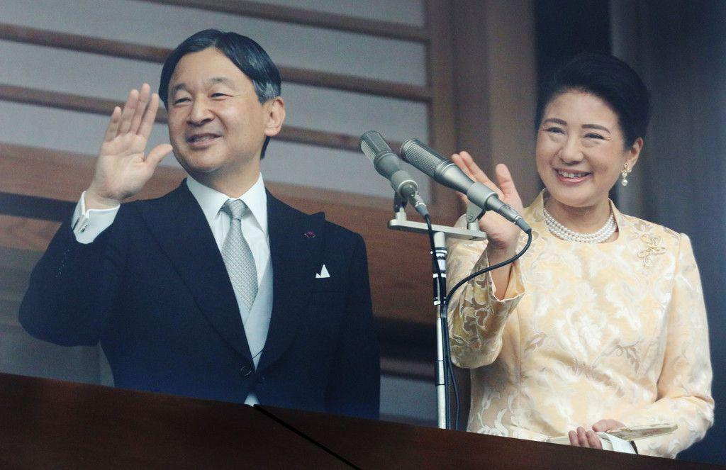 新年一般参賀で手を振られる天皇、皇后両陛下=2日、皇居
