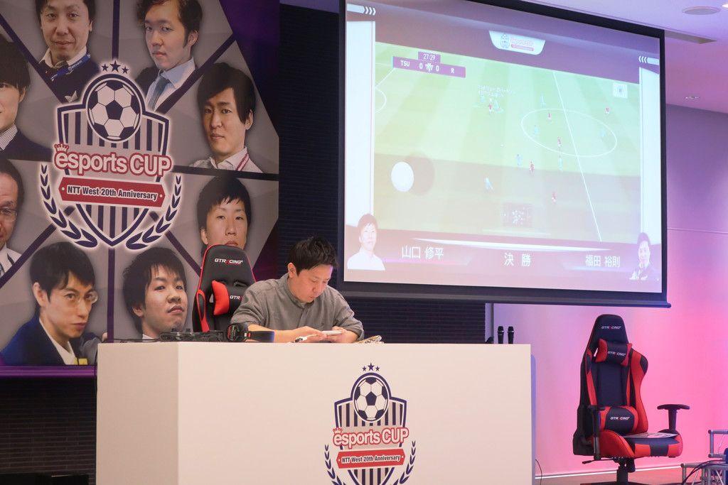 NTT西日本が主催した社内eスポーツ大会の決勝戦=2019年12月7日、大阪市都島区