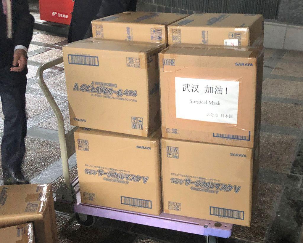 大分市が友好都市の武漢へ発送した段ボール箱入りのマスク=27日、同市役所