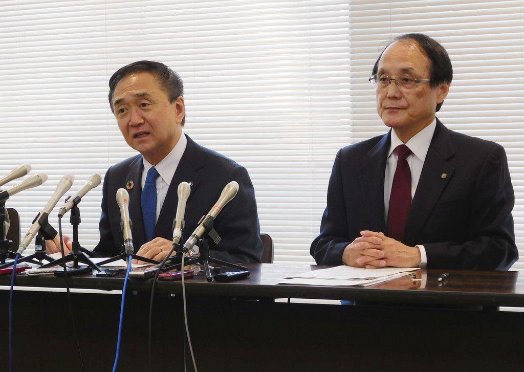 新型コロナウイルスを迅速に検出できる新技術について記者会見する神奈川県の黒岩祐治知事(左)ら=27日、同県庁