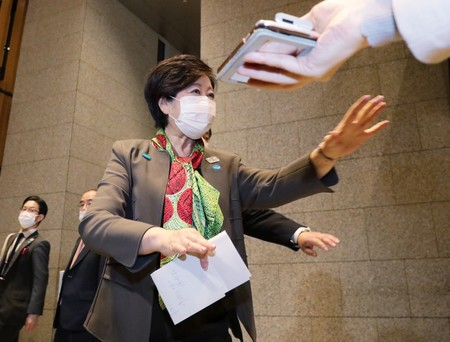 「密」を避けるため記者に離れるよう促す東京都の小池百合子知事=9日、内閣府