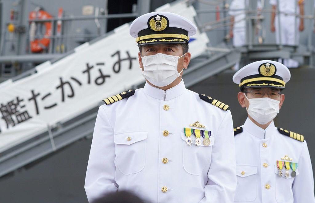 海自護衛艦「たかなみ」が帰港し、取材に応じる第6護衛隊司令の稲葉洋介1等海佐(左)=30日午前、神奈川県横須賀市の海自横須賀基地