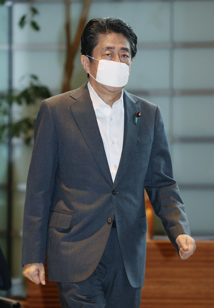 首相官邸に入る安倍晋三首相=31日午前、東京・永田町