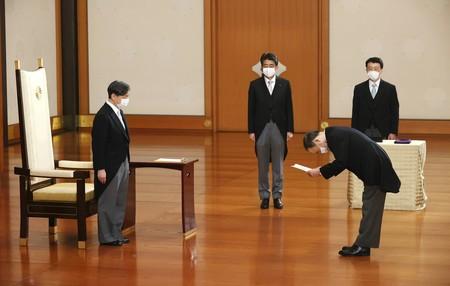 菅義偉新首相の親任式に臨まれる天皇陛下=16日午後、皇居・宮殿「松の間」(代表撮影)