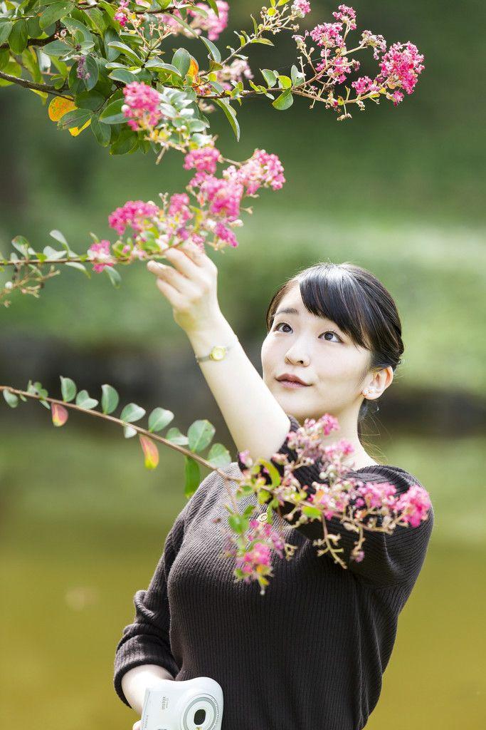 サルスベリの花を観賞される秋篠宮家の長女眞子さま=6日、東京都港区の赤坂御用地(宮内庁提供)