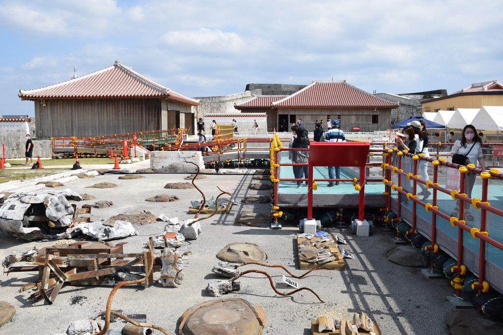 有料で一般公開している焼失後の首里城正殿付近。「見せる復興」を掲げ、工事の様子も見せながら進めていく=30日、那覇市