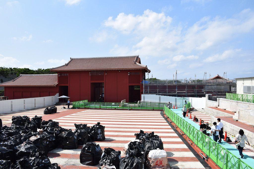 有料で一般公開している首里城正殿付近。「見せる復興」を掲げており、工事の様子も見せながら進めていく=30日、那覇市