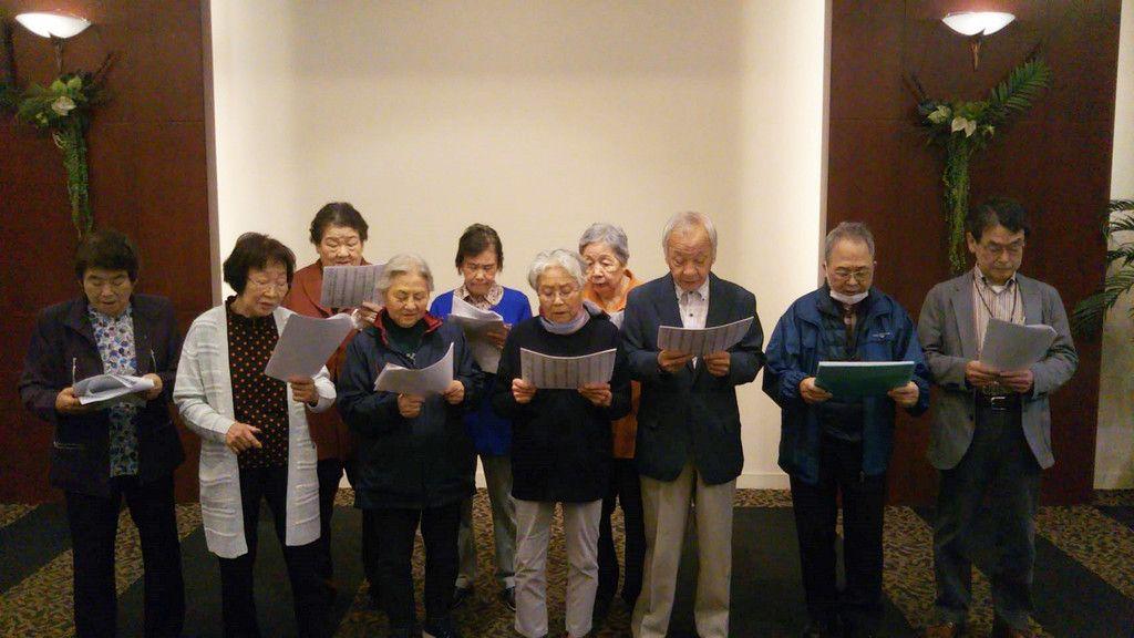 古関裕而の曲の再譜面化に向けて合唱する常磐炭礦の元従業員=25日、福島県いわき市のスパリゾートハワイアンズ(常磐興産提供)